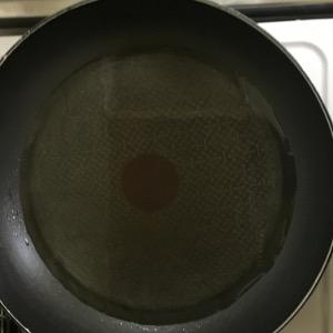 フライパンにサラダ油をたっぷりと熱する