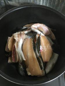 ニジマスのアラを鍋に入れる