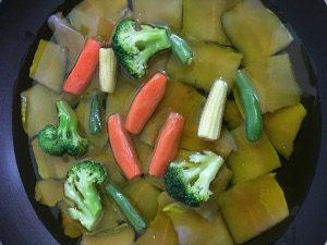 深めのフライパンまたは鍋に具材を並べオリーブオイルでヒタヒタにする