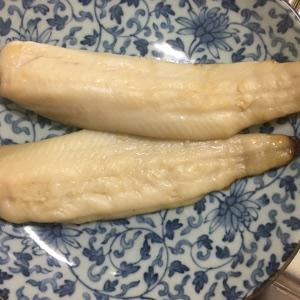 皿に盛り付けてニジマスの西京焼きの完成